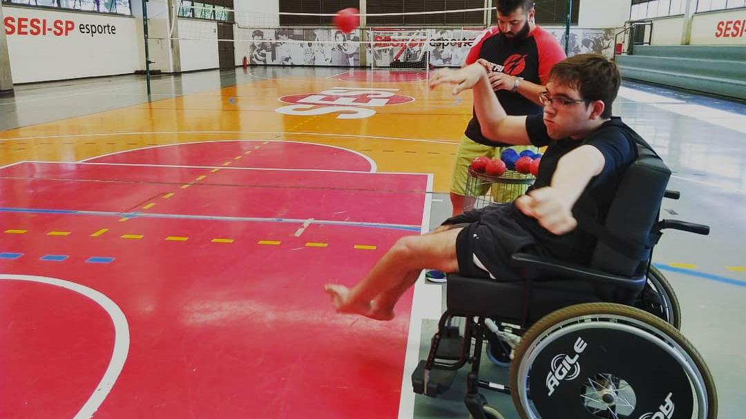 Eu pelo avesso com Murilo na cadeira de rodas jogando bocha