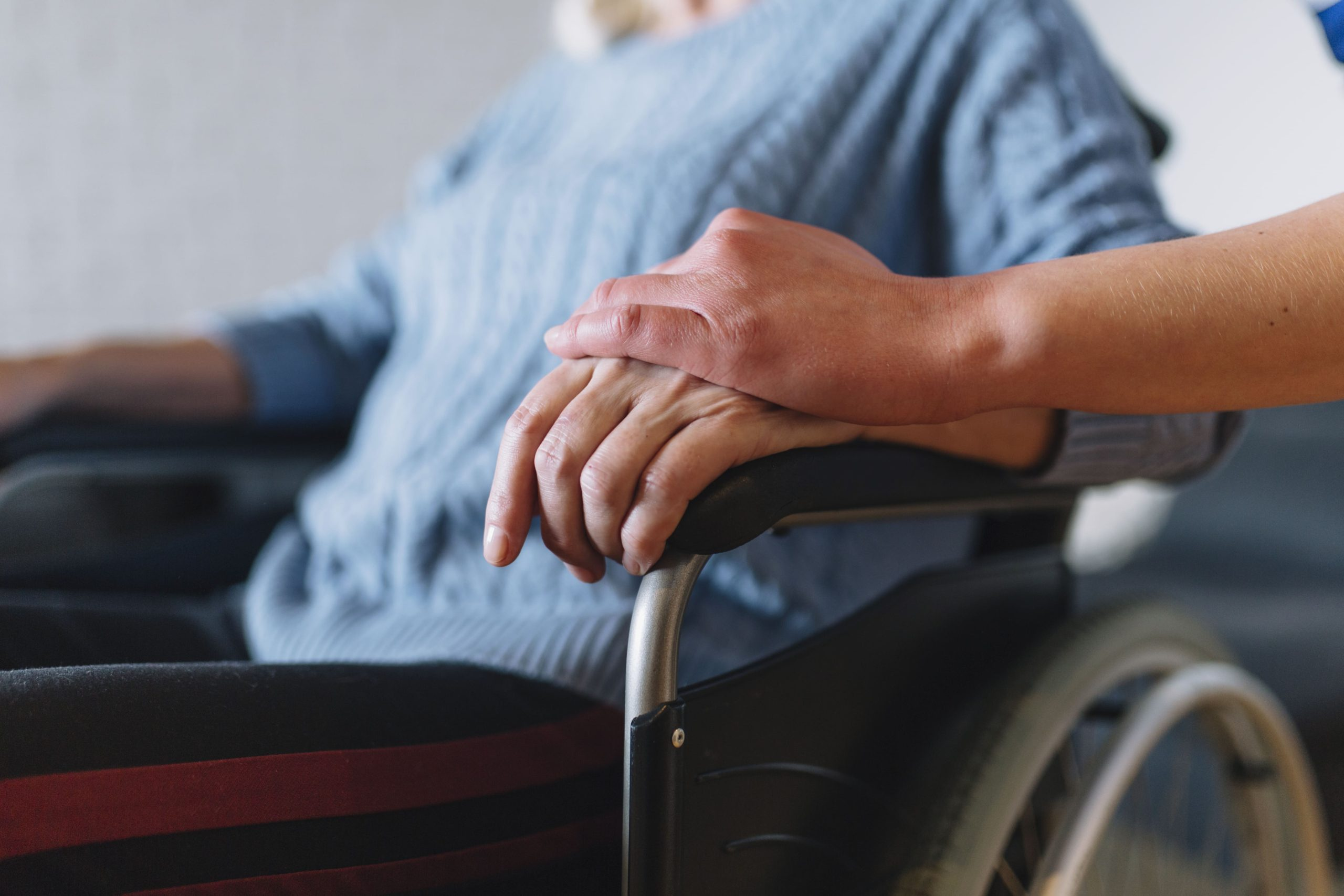 Foto de pessoa idosa em cadeira de rodas – auxílio-cuidador