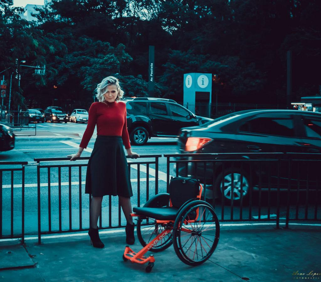 Foto de uma Cadeirante em pé, para Editorial de Moda com Jaci Guimarães