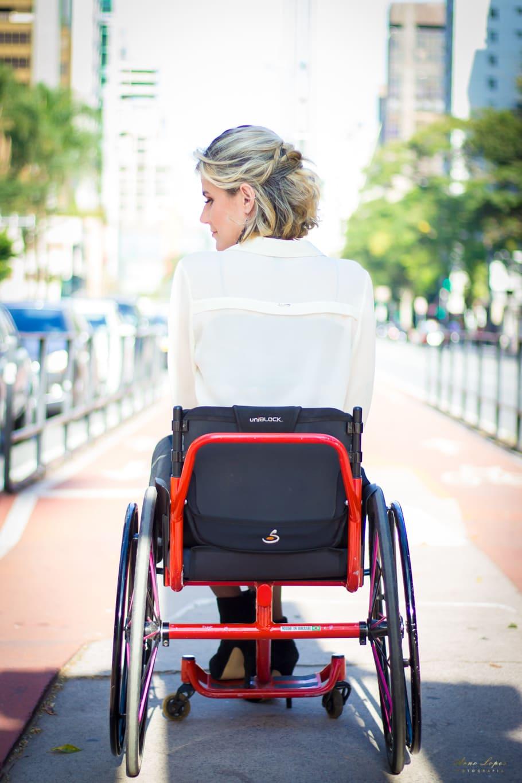Pessoa em cadeira de rodas está de costas na Avenida Paulista