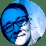Foto de perfil do Rafael Ferraz Carpi, editor do Jornalista Inclusivo com filtro azul. Homem branco, usa óculos de grau e sorri.