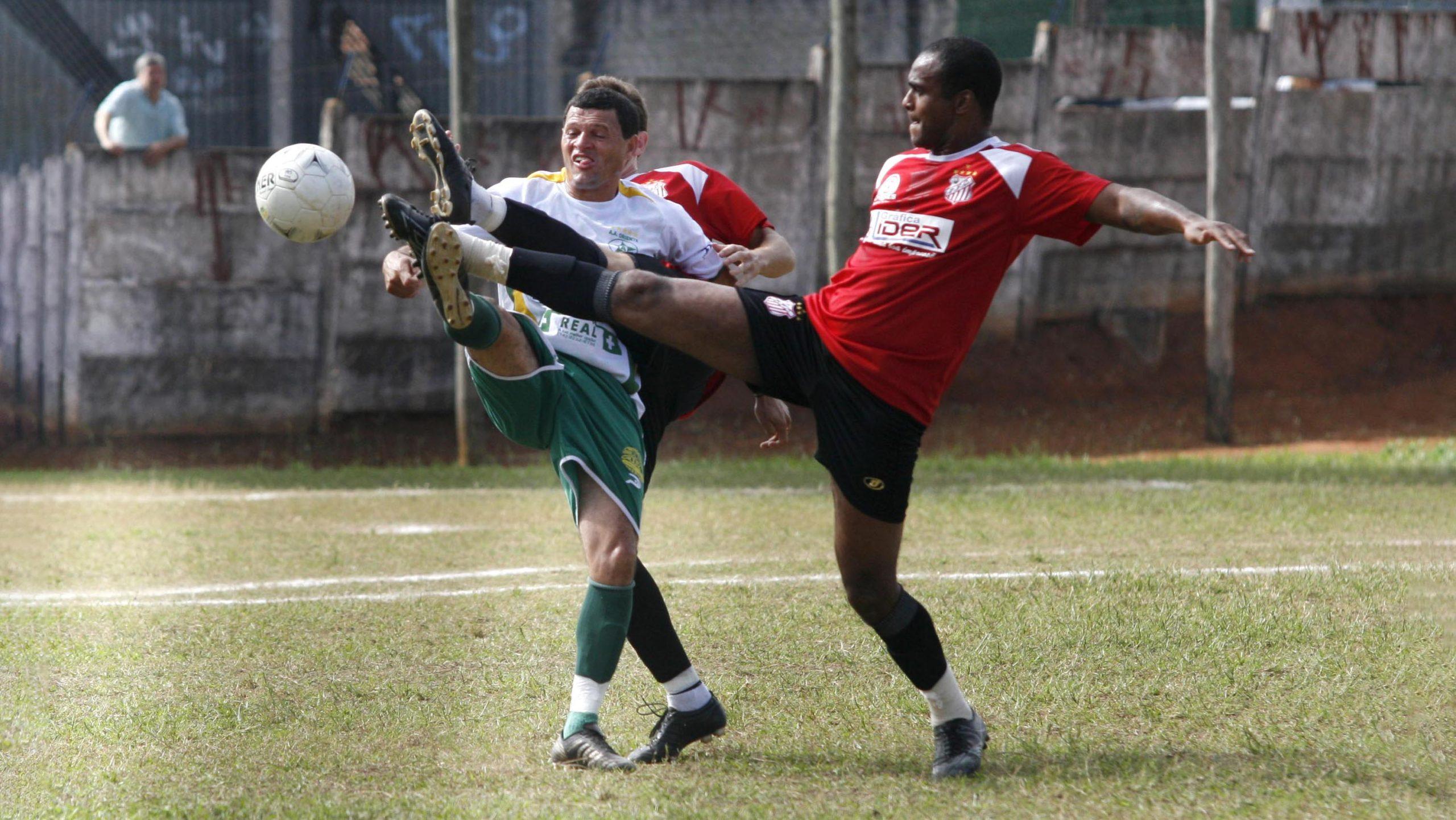 Eu e o Futebol, dois jogadores disputando a bola