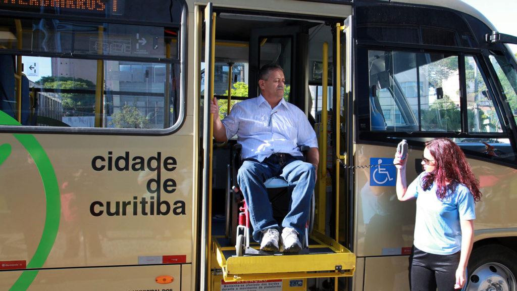 Homem em cadeira de rodas no ônibus.