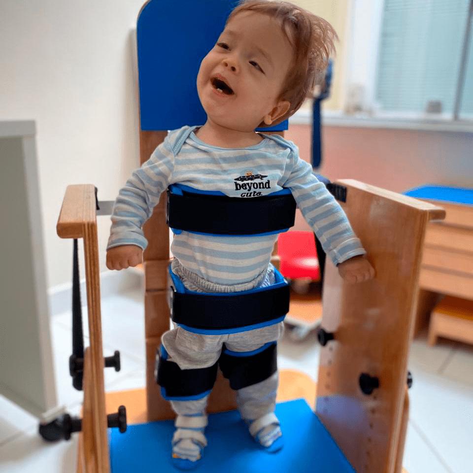 Criança com deficiência no parapodium.