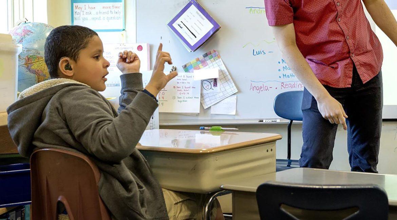 Fotografia de um aluno conversando em Libras, para texto sobre: Ensino de Libras poderá ser obrigatório