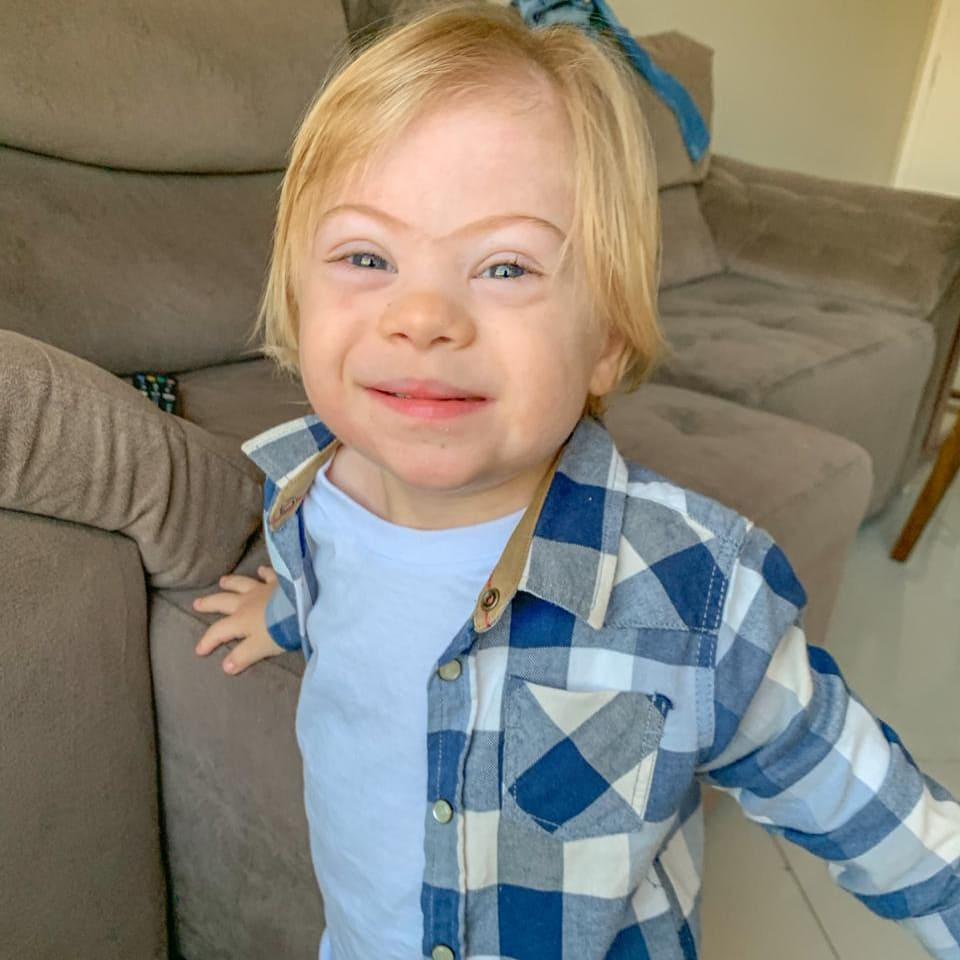 Fotografia de uma criança com síndrome de down, para o artigo Alegria que contagia