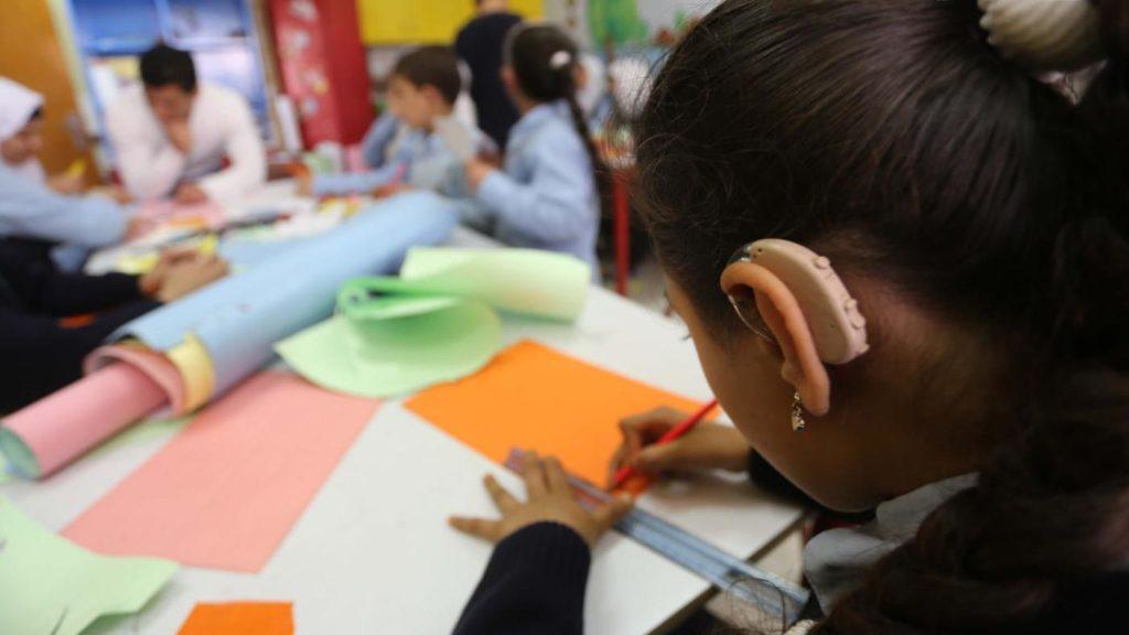 """Aluna com aparelho auditivo para reportagem sobre """"Ensino de Libras poderá ser obrigatório"""""""