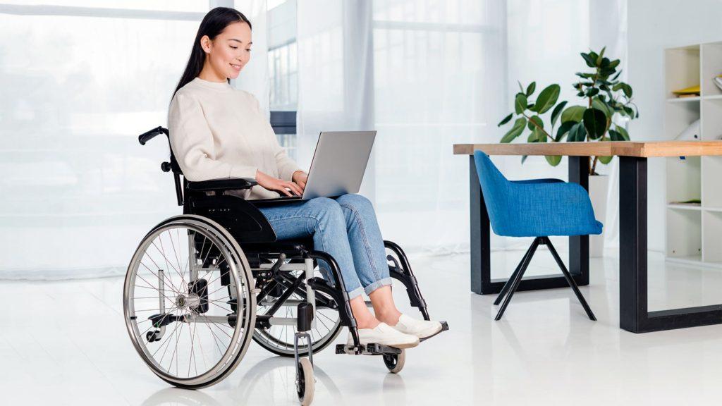 Foto de uma mulher em cadeira de rodas com notebook
