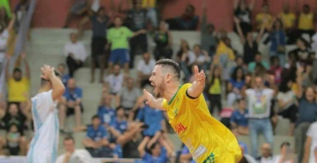 Fotografia de jogador de futebol, comemorando com braços abertos. Alegria que contagia, Síndrome de Down