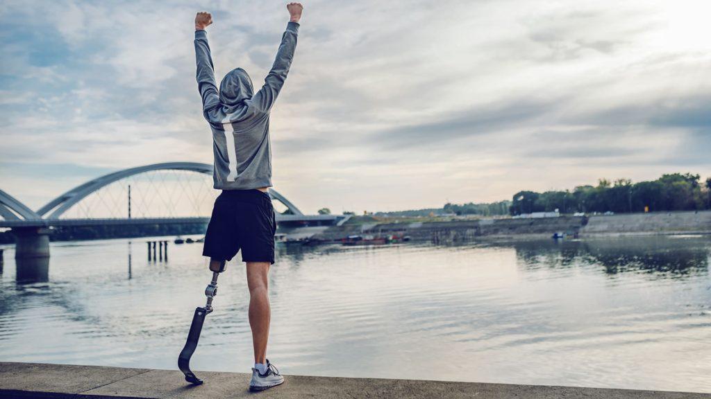Homem amputado usando prótese de perna - Setembro Verde e a Pessoa com Deficiência