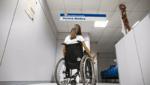 Pessoa em cadeira de rodas para Conade repudia novas regras do BPC