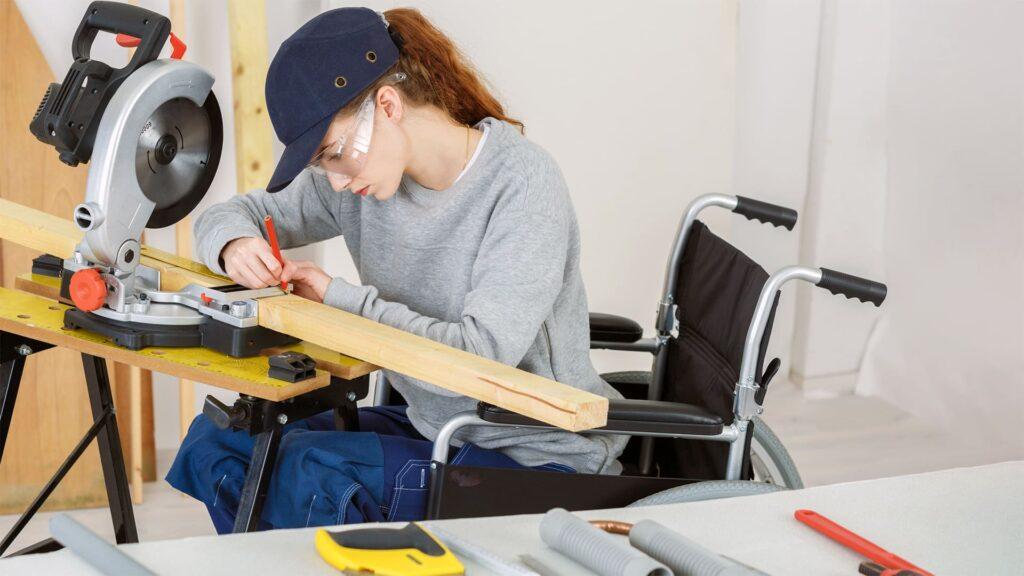Foto de mulher cadeira trabalhando em carpintaria, como direito da PcD, pela Série LBI e o Mercado de Trabalho da PcD