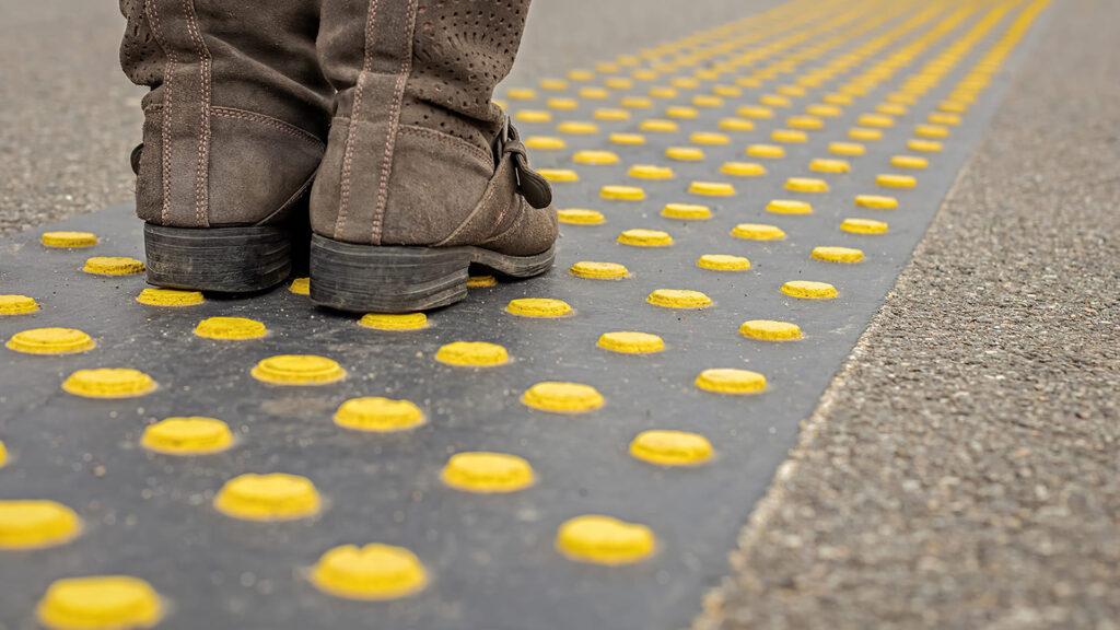 Piso tátil, acessibilidade para pessoa com deficiência visual