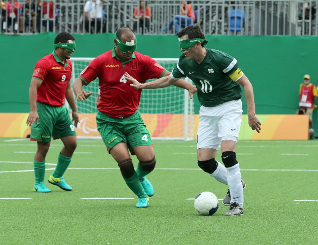 Disputa de bola entre dois jogadores do Futebol de 5 para o artigo Acima de Qualquer Limitação
