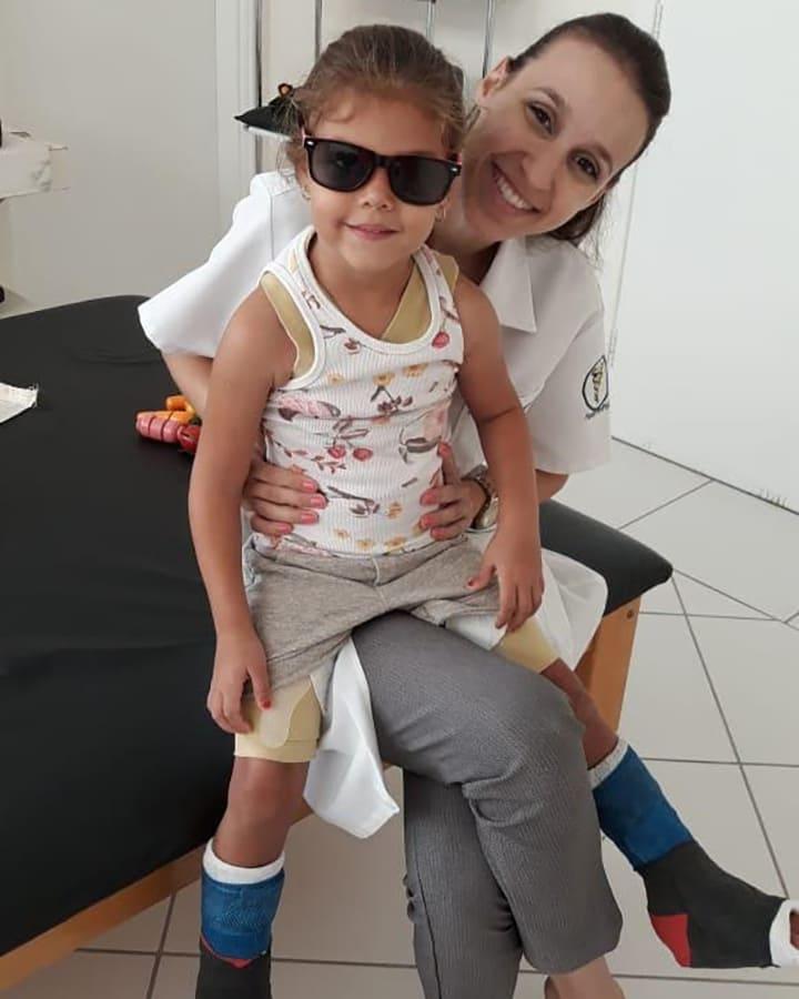 Foto com fisioterapeuta e criança para o Dia Mundial da Paralisia Cerebral