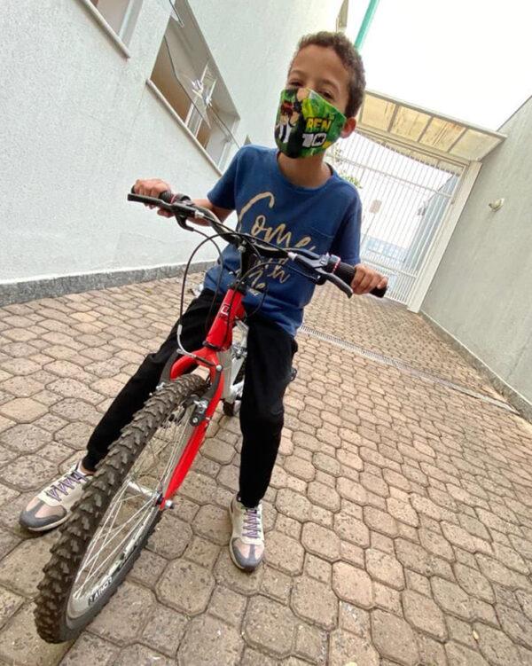 Foto de um garoto na bicicleta para o Dia Mundial da Paralisia Cerebral