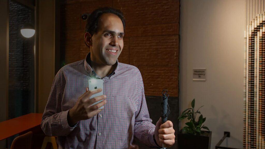 Fotografia do engenheiro SaqibShaikh, para o texto Microsoft lança apps para cegos em português