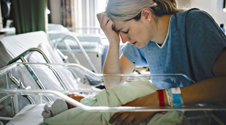Mãe chora na UTI neonatal - Lidando com Perdas, por Rafaela Costa
