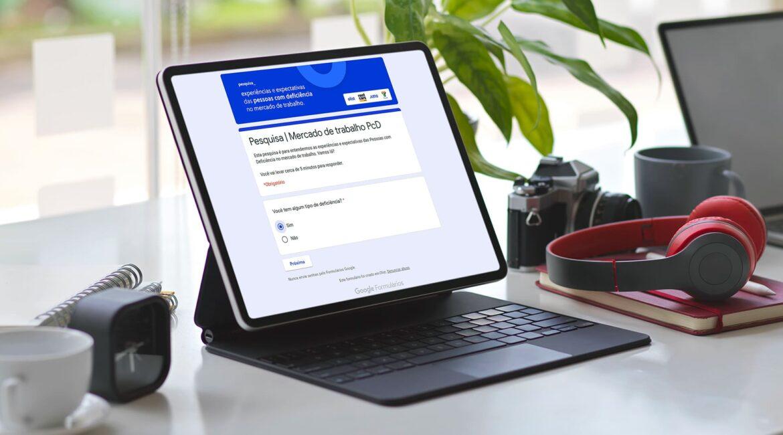 Imagem de um laptop ligado para o texto Startup lança pesquisa de trabalho PcD