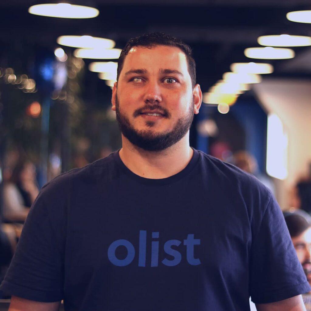 Fotografia de uma homem com deficiência visual para o texto Startup lança pesquisa de trabalho PcD