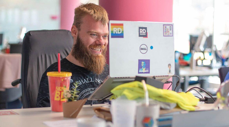 Foto do Vinícius Schmidt, da Resultados Digitais, para o artigo sobre Profissionais de MKT com deficiência