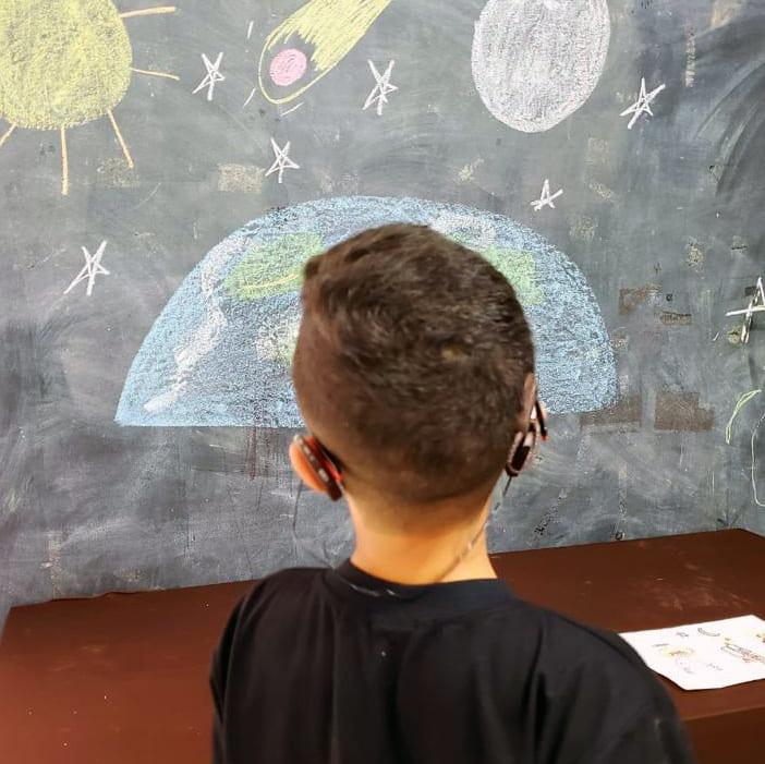 Criança com aparelho auditivo - Surdez na infância é tema de simpósio multidisciplinar