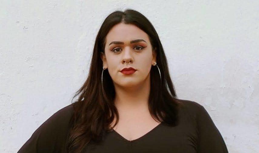 Fotografia de mulher tens para artigo Surdos nas Eleições 2020