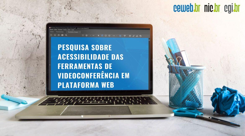 """Laptop acessando o estudo sobre acessibilidade em plataformas de reunião on-line para o texto """"Acessibilidade em videoconferências"""""""