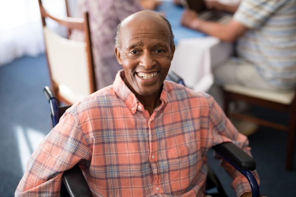 Imagem de um homem negro em cadeira de rodas o texto Aposentadoria por Idade de PcD