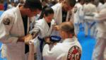 Praticantes de jiu-jitsu em troca de faixa para artigo Colorindo um sonho