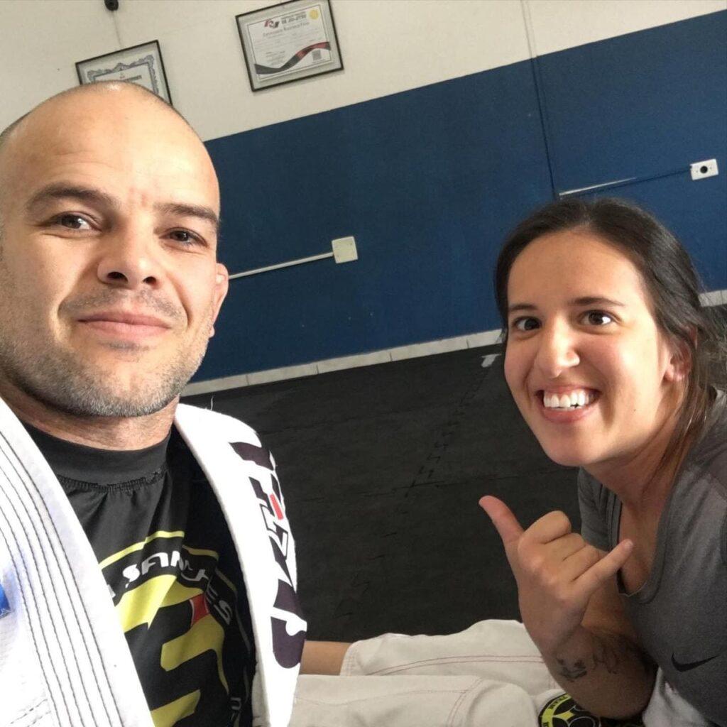 Gabi e seu mestre de jiu-jitsu, sentados no tatame para o artigo Colorindo um sonho