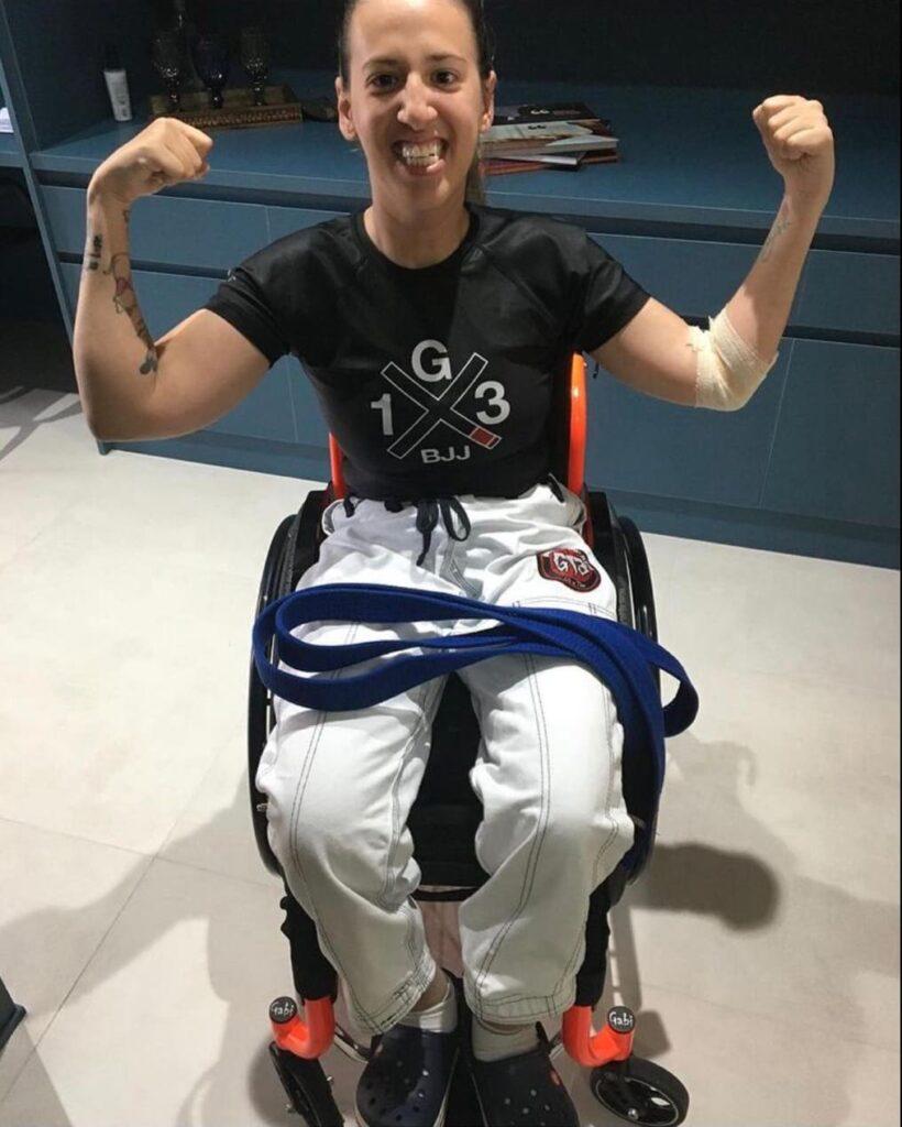 Gabi, cadeirante e praticante de jiu-jitsu trocando de faixa para artigo Colorindo um sonho