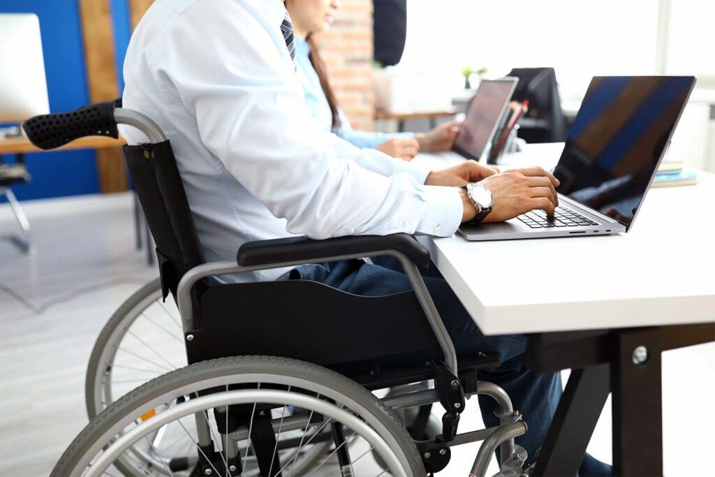 homem business em cadeira de rodas