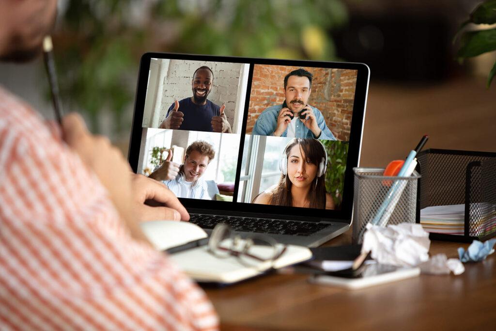 Exemplo de videoconferência com quatro pessoas na tela do computador para o texto Plataformas de Videoconferência são acessíveis?