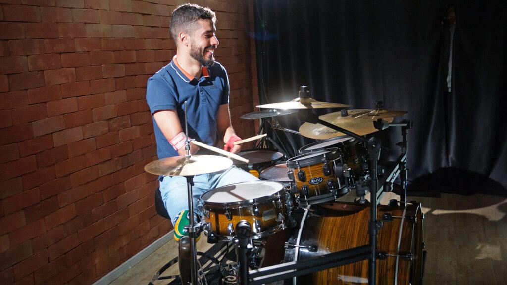Foto do atleta tocando bateria, Além das águas com Daniel Dias, por Murilo Pereira