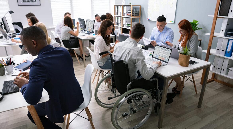 Fotografia interna de um escritório para o artigo Diversidade e Inclusão empresarial é tema de curso da ESPM