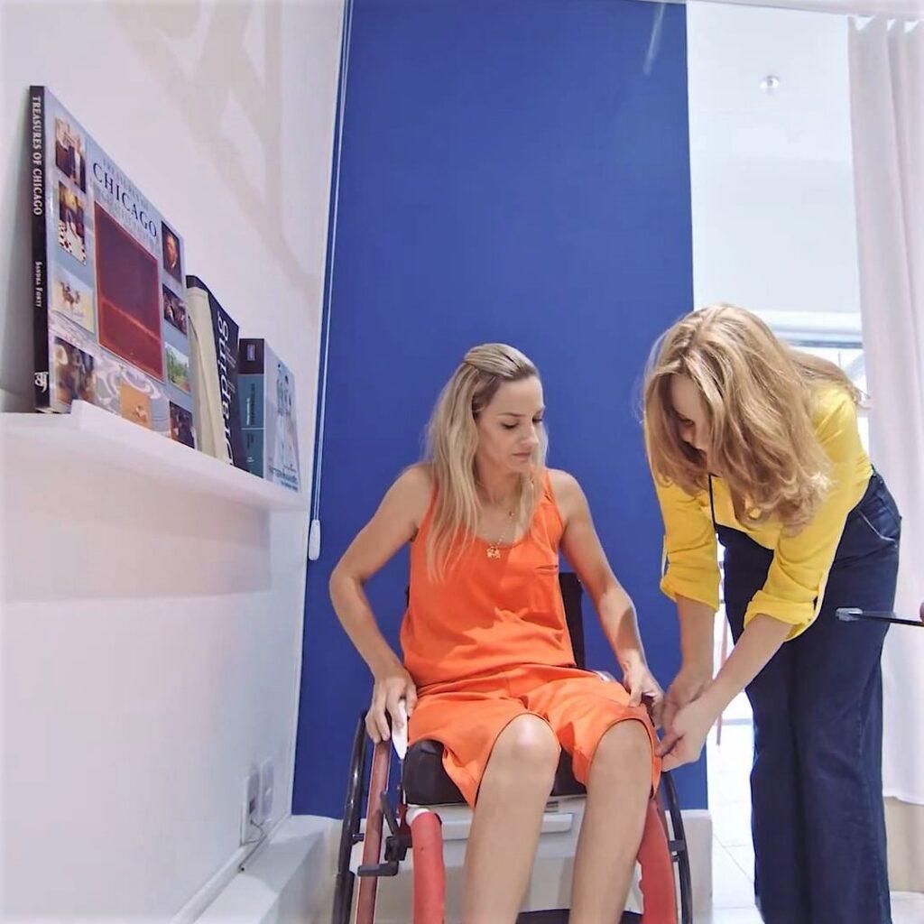 Modelo cadeirante e a Estilista Silvana Louro da Equal Moda Inclusiva