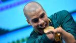 Foto do atleta segurando medalha de ouro, Daniel Dias segue para Tóquio 2021