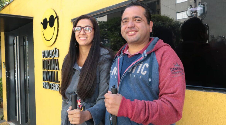 Foto de duas pessoas com deficiência visual para o texto Qualificação profissional para cegos e pessoas com deficiência visual