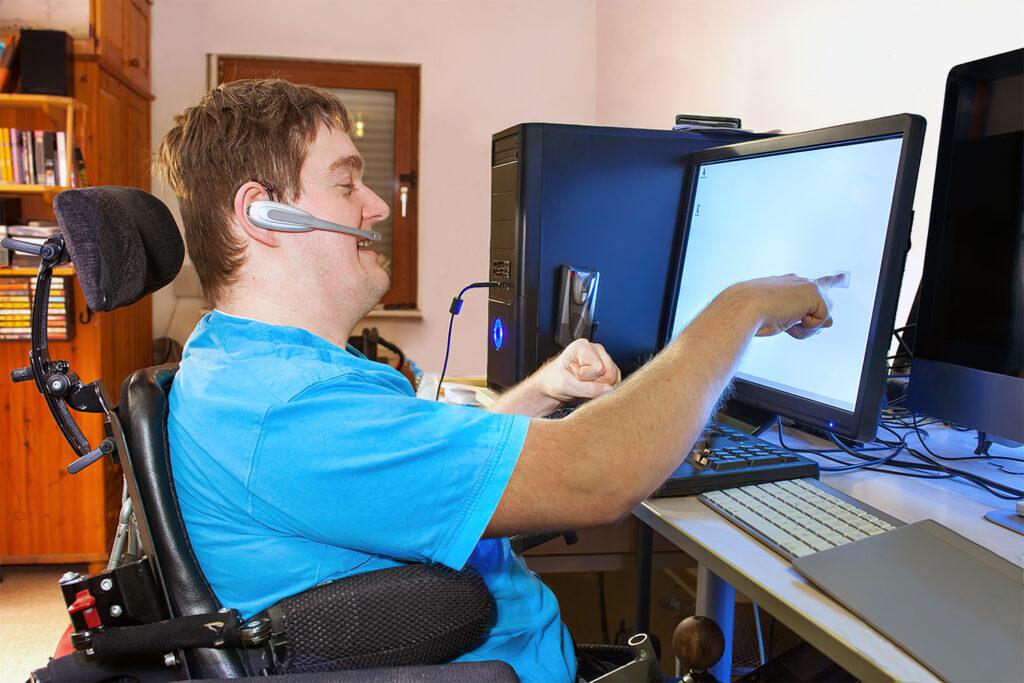 Pessoa em cadeira de rodas estudando no laptop ilustra o texto EAD superou educação presencial no Brasil
