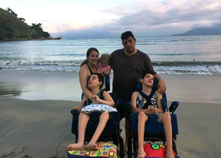 """Foto em família, na praia, ilustrando artigo """"Suas mãos me guiam"""""""