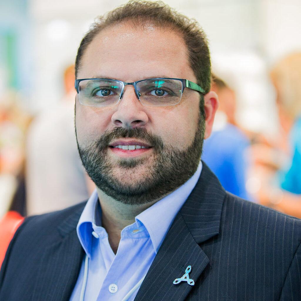 Luiz Tavares ilustra a entrevista Desafios de Estomizados e Cadeirantes, com o Diretor-geral da Coloplast
