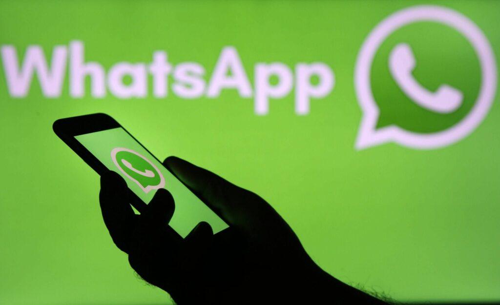 """Ícone WhatsApp e celular ilustra texto """"Golpe no WhatsApp contra PcDs: Ouça o áudio"""""""
