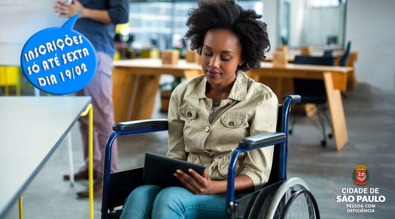 Mulher negra cadeirante ilustra artigo Prefeitura de SP quer melhorar contratação de PcDs