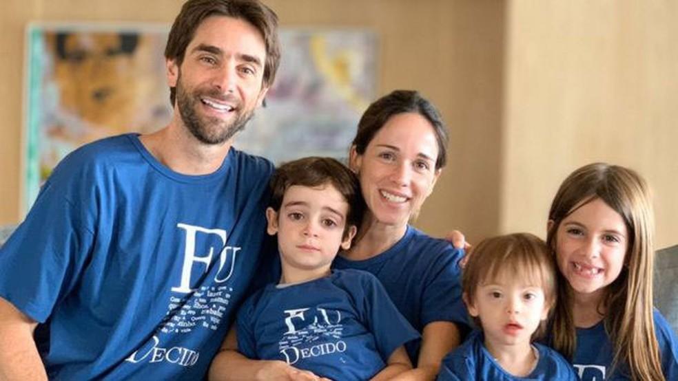 Foto em família ilustrando matéria do Instituto Serendipidade