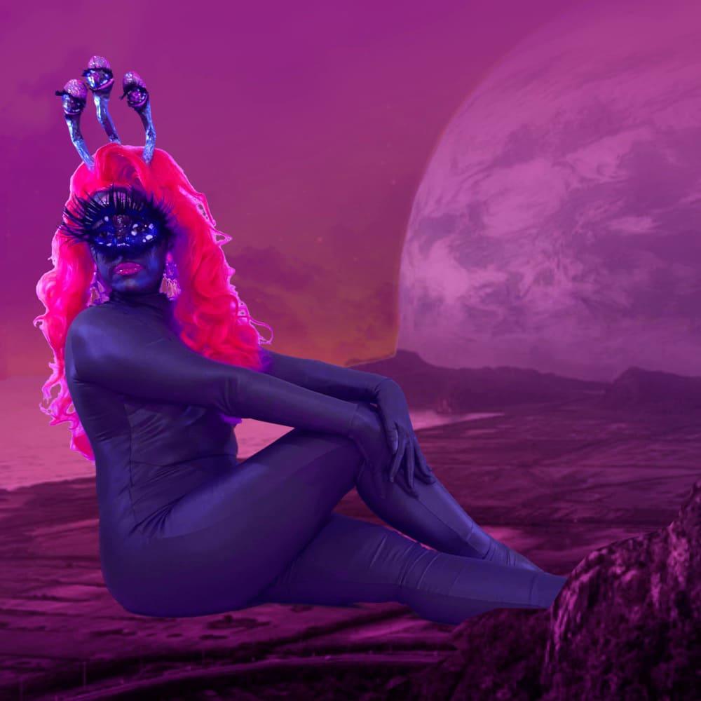 Fotografia da protagonista da websérie Pílulas da Pupila, fazendo pose.