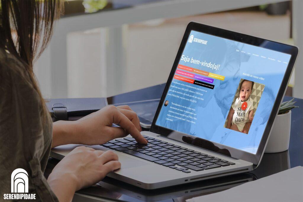 Mockup notebook site do Instituto Serendipidade