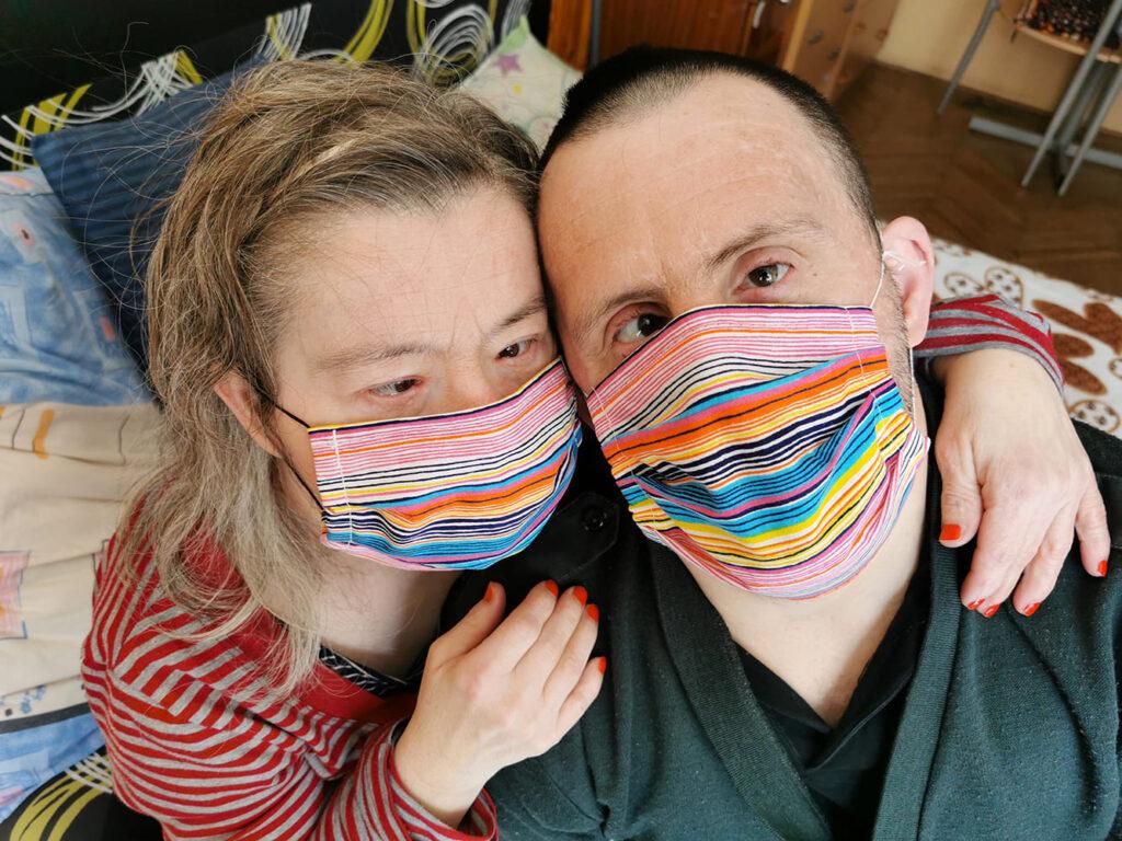 Ilustração do artigo Síndrome de Down e doenças respiratórias, com um casal que tem a trissomia do 21