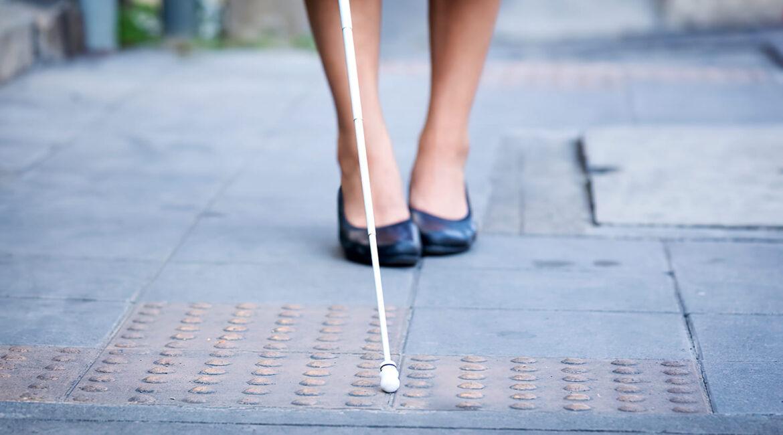 Fotografia de mulher surdocega ilustra 2/3 das pessoas cegas são mulheres