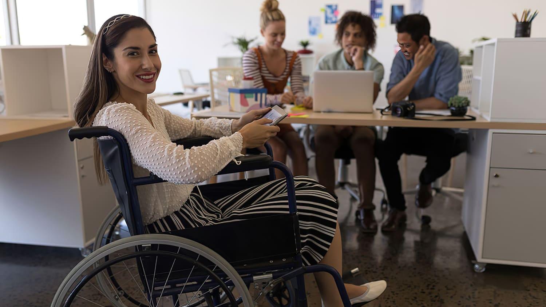 """Mulher cadeirante com celular, descrita na legenda de """"Carrefour busca 30 novos talentos em SP""""."""